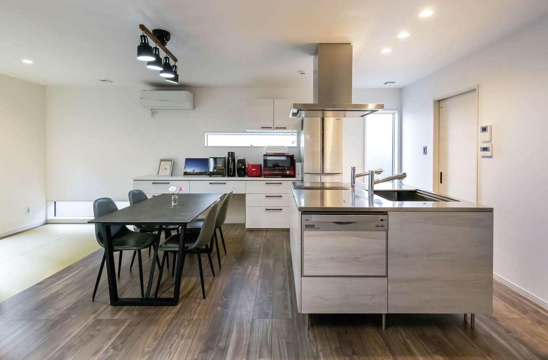 未来創建【デザイン住宅、収納力、省エネ】キッチンの真横にダイニングテーブルを配置するにはスペースが足りなかったので、このアイランド型のキッチンを採用した。インテリアの中心にもなって、とても気に入っているそう