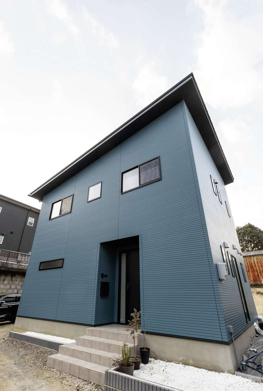 未来創建【デザイン住宅、収納力、省エネ】ブルーの外壁が映えるモダンな外観。少しだけ出した軒がアクセントに
