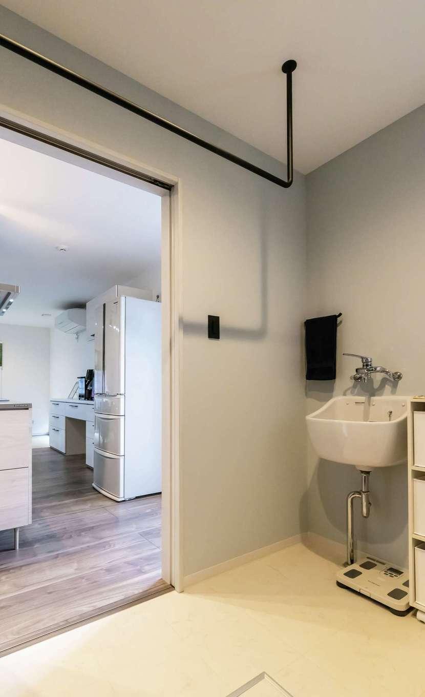 未来創建【デザイン住宅、収納力、省エネ】玄関から近い位置にある広いランドリールーム。シューズを洗うためのSKシンクも完備