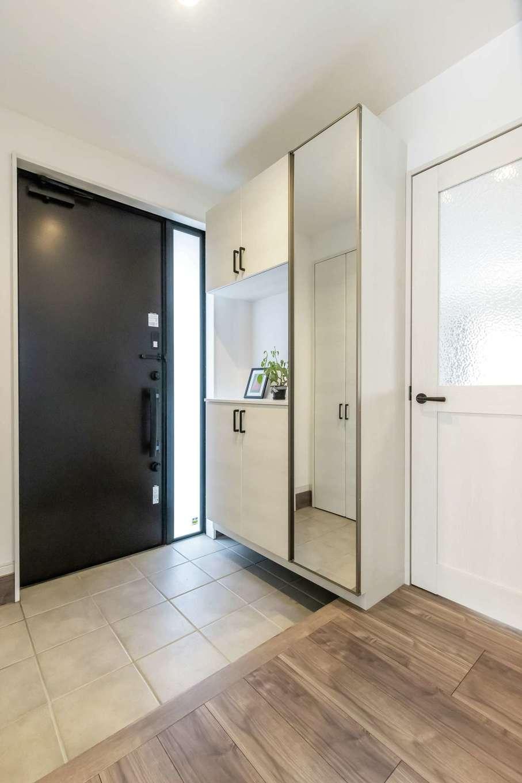 未来創建【デザイン住宅、収納力、省エネ】爽やかな雰囲気の玄関ホール。全身鏡が便利