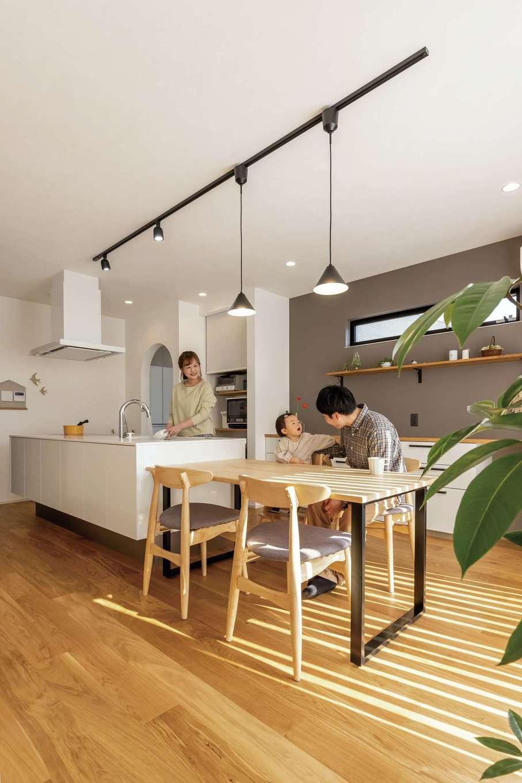 SEVEN HOUSE/セブンハウス【デザイン住宅、子育て、間取り】アイランドキッチンの真横にダイニングテーブルを配置したことで、奥さまの家事効率もグーンとUP