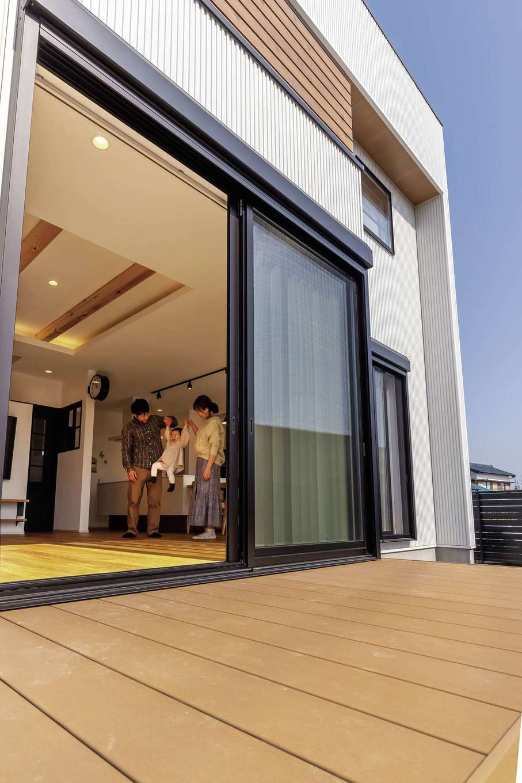 SEVEN HOUSE/セブンハウス【デザイン住宅、子育て、間取り】リビングとフラットにつながる大きなウッドデッキ。今年の夏はBBQとプールデビュー!