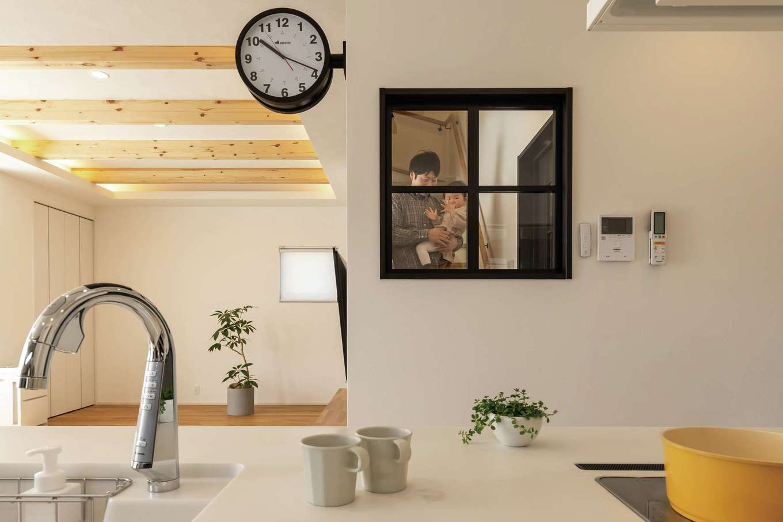 SEVEN HOUSE/セブンハウス【デザイン住宅、子育て、間取り】キッチンから階段を上り下りする家族の様子が見えるよう、壁に格子窓を造作。視界が抜けることで閉塞感がなくなった