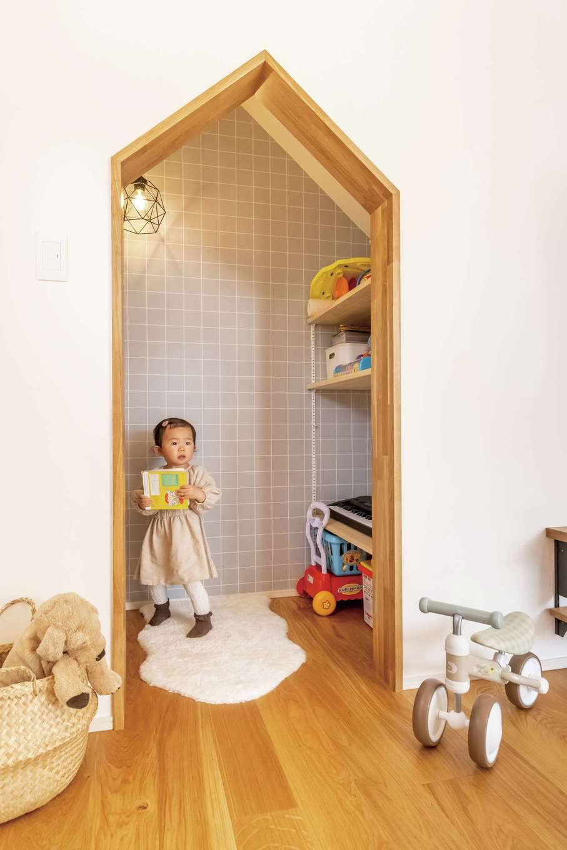 SEVEN HOUSE/セブンハウス【デザイン住宅、子育て、間取り】階段下のデッドスペースを活かしてつくった子ども専用の収納スペース。お片づけ上 手になれそう♪