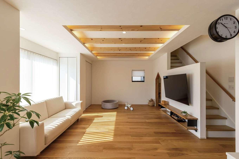 SEVEN HOUSE/セブンハウス【デザイン住宅、子育て、間取り】南面の大きな開口部からたっぷりの光と風を取り込むリビング。折上げ天井の梁を間接照明でやわらかく照らし、ナチュラルな雰囲気に仕上げた