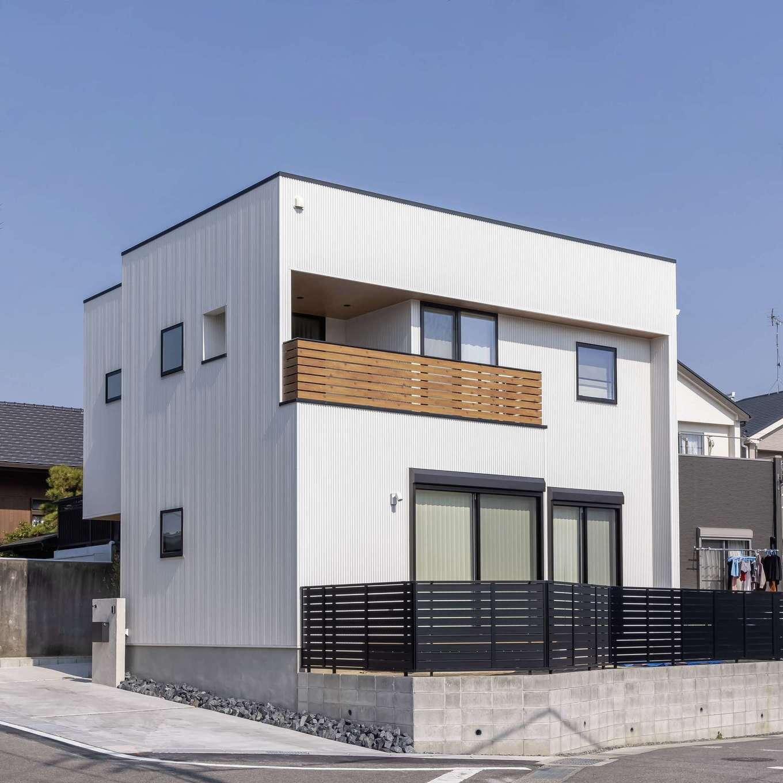 SEVEN HOUSE/セブンハウス【デザイン住宅、子育て、間取り】高低差のある敷地を有効に活かし、約50坪の土地に延床面積約40坪の建物を実現。主張し過ぎないシンプルな外観デザインが周辺環境に溶け込みつつ、住まい手のこだわりを表現している