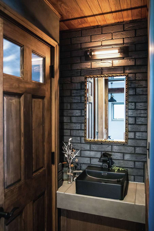 スカイグラウンド【デザイン住宅、輸入住宅、自然素材】玄関から扉なしでスムーズにアクセスできる手洗いコーナーは、もはやwithコロナ時代に欠かせないアイテム。ブラックのレンガ、黒いツヤ消しの洗面ボウルを採用して重厚感を出した