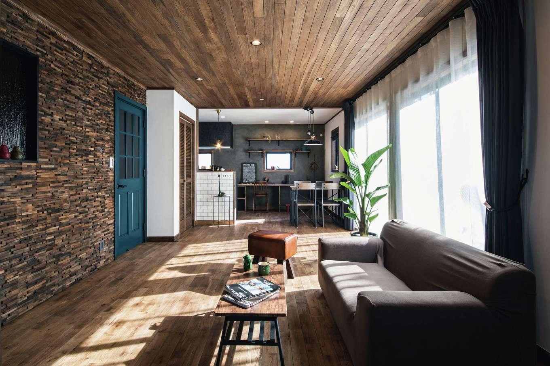 スカイグラウンド【デザイン住宅、輸入住宅、自然素材】ニューヨークのコーヒーショップを訪れたかのような雰囲気が漂うLDK。無垢オーク材の床と天井、モルタル調の壁、ウッドチップを張ったテレビステーション、アイアンの窓枠など、異素材がバランス良く調和した空間は、外に出かけたくなくなるほど居心地がいい。身体に有害な新建材をできるだけ排除し、根拠のある本物の自然素材を惜しみなく使ったことで、住むほど健康になっていく