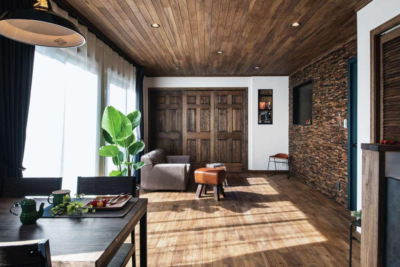 スカイグラウンド【デザイン住宅、輸入住宅、自然素材】本物の自然素材にこだわったLDKに、きれいな空気がゆったりと流れる。奥の引き戸を開けると畳コーナーがある