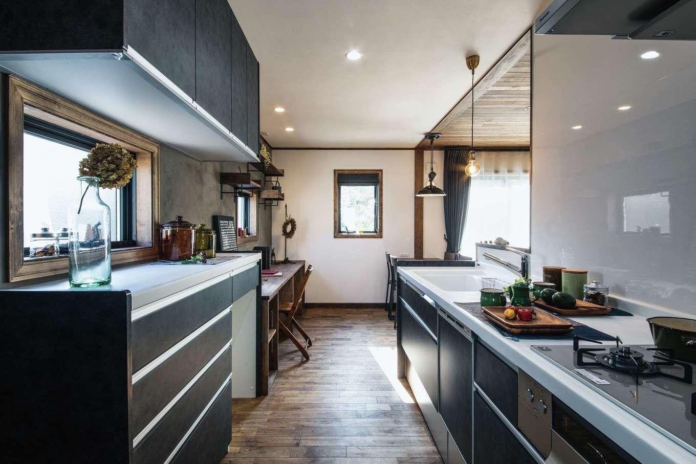 スカイグラウンド【デザイン住宅、輸入住宅、自然素材】モルタル調の塗り壁で仕上げたキッチンコーナー。子どもたちの様子を見ながら料理できるので、奥さまも安心。「隠す収納」と「見せる収納」を使い分けてコストバランスがお見事