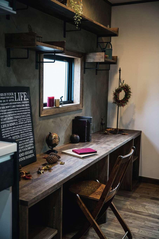 スカイグラウンド【デザイン住宅、輸入住宅、自然素材】キッチンから見える場所に造作した姉妹のスタディコーナーはカフェの窓辺をイメージ