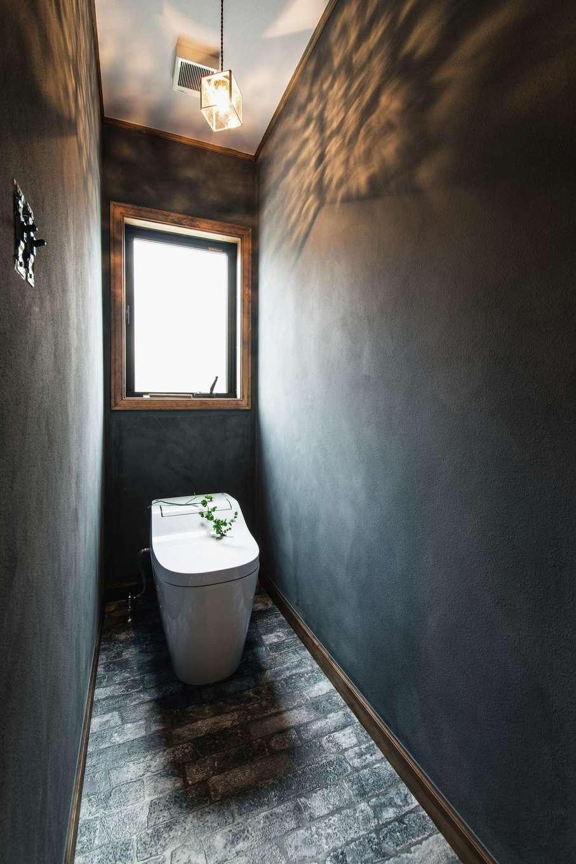 スカイグラウンド【デザイン住宅、輸入住宅、自然素材】トイレもグレイッシュな塗装壁と床を採用し、アヴァンギャルドな空間に