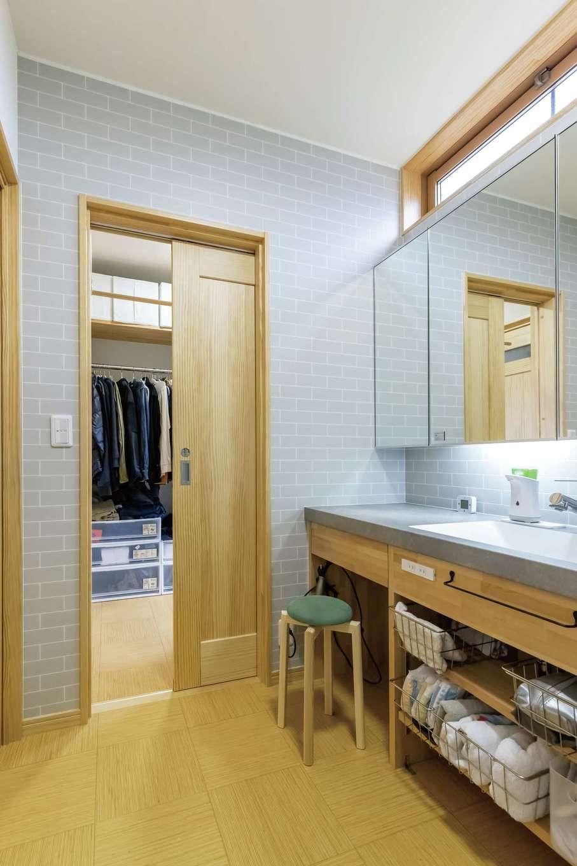 深見工務店 S-style【子育て、自然素材、間取り】ママ目線で造作した洗面スペース。ファミリークロークとつながり、身支度がスムーズにできる