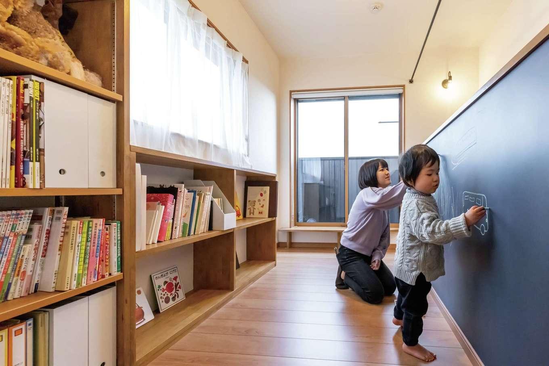 深見工務店 S-style【子育て、自然素材、間取り】本棚やお絵描き黒板のある2階の廊下は、子どもたちの遊び場を兼ねている
