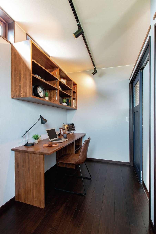 深見工務店 S-style【子育て、自然素材、間取り】寝室の奥には書斎も。天井に可動式のスポットライトを付け、奥さまが寝ていても灯りを漏らさず作業ができるように配慮