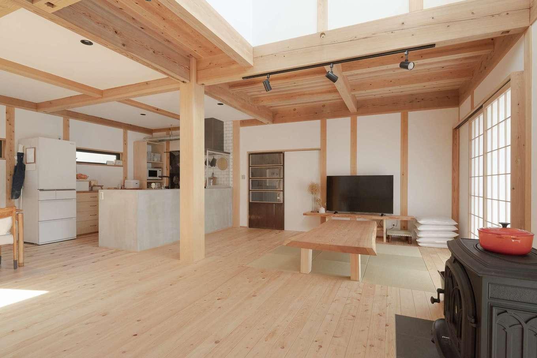 加藤忠男(加藤建築)【デザイン住宅、和風、自然素材】幾度かのプラン変更を経て、畳のスペースはフラットに決定した。その天井は2階の床。ご主人が実現したかったスタイルも、確かな技術と実績、家づくりへの強い熱意を持った大工の技が叶えた