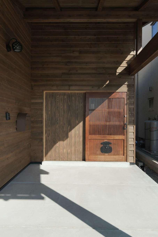 加藤忠男(加藤建築)【デザイン住宅、和風、自然素材】玄関回りに用いた木材には、蔵戸と調和する古材のような風合いをまとわせた