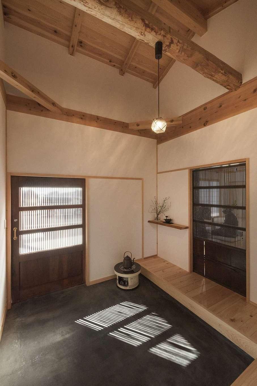 加藤忠男(加藤建築)【デザイン住宅、和風、自然素材】玄関ホールの太鼓梁は、加藤社長の実家に使われていた古材。絶妙な曲がり具合がK邸のイメージにピッタリだったそう