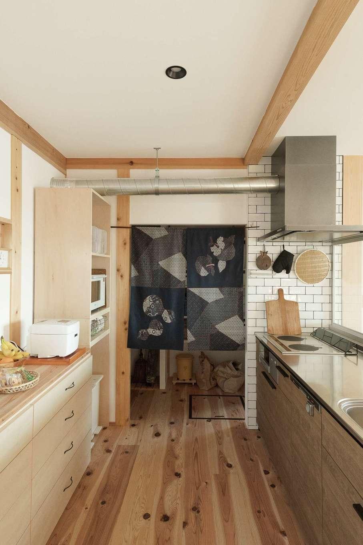 加藤忠男(加藤建築)【デザイン住宅、和風、自然素材】キッチンは機能的に。大きなパントリーで収納も万全。古くて良いもの、お気に入りを大切に使いたいという奥さま。竹のザルやシュロのほうきも愛用品