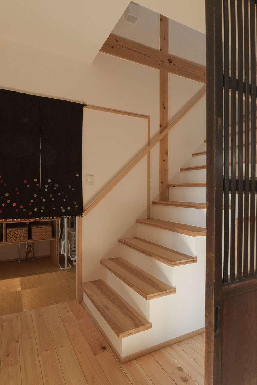 加藤忠男(加藤建築)【デザイン住宅、和風、自然素材】リビング奥には階段と洗面室への動線が