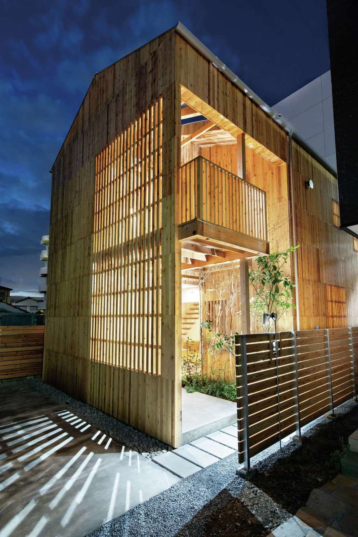 建杜 KENT(大栄工業)【デザイン住宅、間取り、建築家】オール木材の外壁が独創的。日中、外からの視線を遮りながら陽の光を取り込む格子の外壁。夜は優しく明かりが漏れる