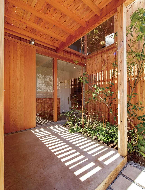 建杜 KENT(大栄工業)【デザイン住宅、間取り、建築家】玄関脇の坪庭の植栽が癒しを添える