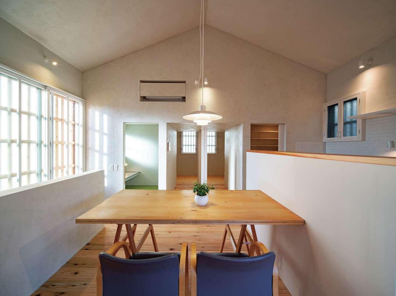 建杜 KENT(大栄工業)【デザイン住宅、間取り、建築家】2階に位置するLDK。モダンでシャープな外観とはまた違った雰囲気。内装は全室、壁から天井まで砂漆喰になっており、落ち着きのある空間に仕上げている。三角屋根の向こうは2間続きの子ども部屋