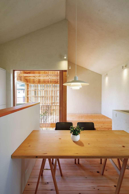 建杜 KENT(大栄工業)【デザイン住宅、間取り、建築家】カーテンを開けると特注のウッドサッシから柔らかな光が差し込む