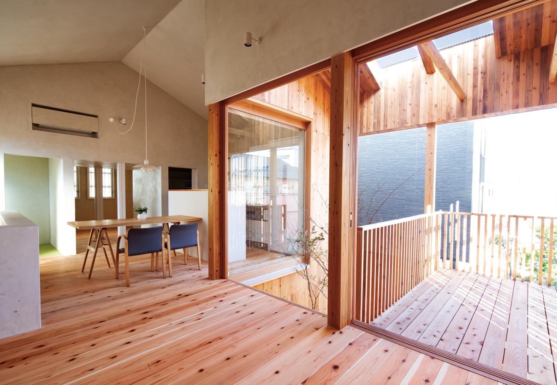建杜 KENT(大栄工業)【デザイン住宅、間取り、建築家】LDKの一角には段差を付けて、リビングスペースを緩やかに区切る。大きな窓を開けると、玄関ポーチの天井を兼ねたテラスに続く