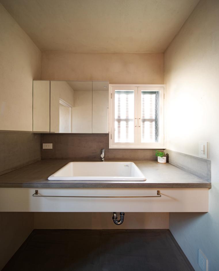 建杜 KENT(大栄工業)【デザイン住宅、間取り、建築家】シンプルな洗面台。小窓から自然の光を取り込む