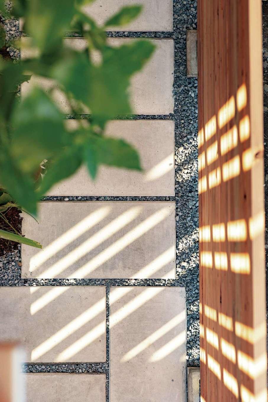 建杜 KENT(大栄工業)【デザイン住宅、間取り、建築家】来客を迎えるアプローチには格子から優しい光が漏れる