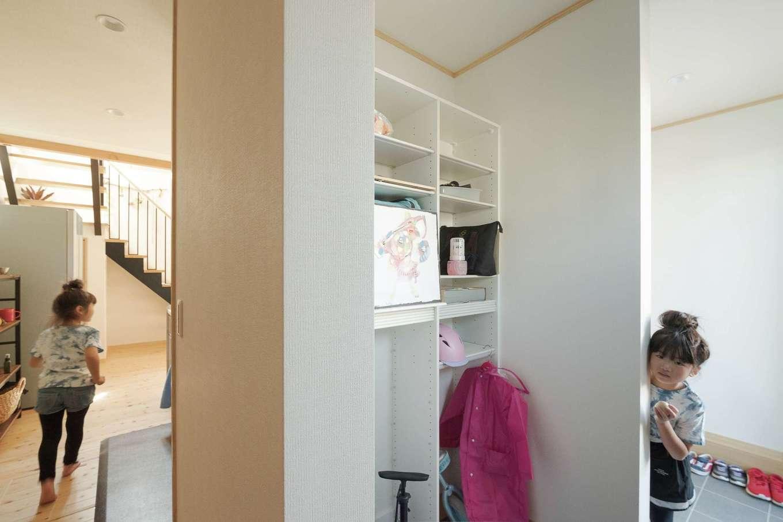 トモロハウス(エスライフ)【子育て、自然素材、間取り】玄関からシューズクローク、キッチンへと抜ける便利な家事動線。子どもも楽しい