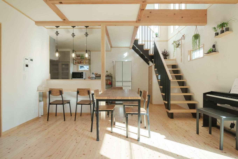 トモロハウス(エスライフ)【子育て、自然素材、間取り】開放的な吹き抜け階段の下にはおこもり感のあるキッチン