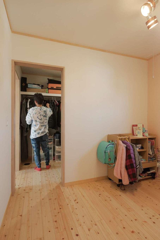 トモロハウス(エスライフ)【子育て、自然素材、間取り】ウォークインクローゼットは寝室と子ども部屋の双方から出入り可能。将来への可変性をもたせた