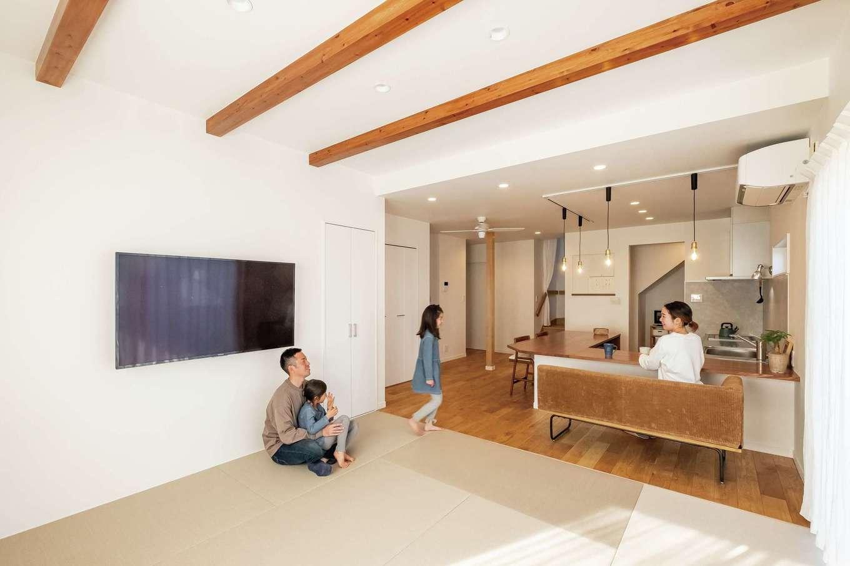 興友ハウス【デザイン住宅、子育て、間取り】壁や仕切りのない広々LDK。リビング部分は畳敷きに
