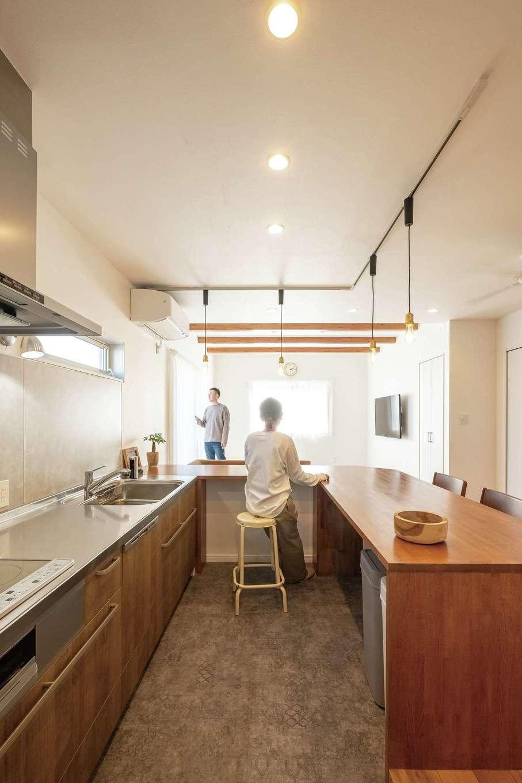 興友ハウス【デザイン住宅、子育て、間取り】ダイニングテーブルを兼ねたコの字型キッチンは奥さまのお気に入り