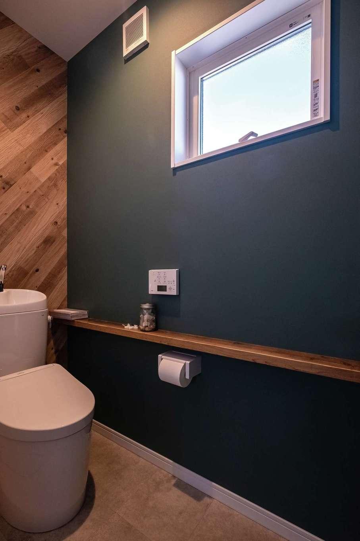 興友ハウス【デザイン住宅、子育て、間取り】トイレの棚も古材で。ダークトーンの壁紙で落ち着いた雰囲気に
