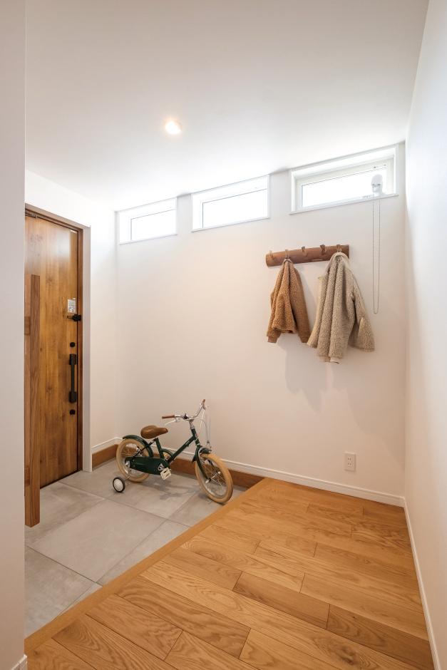 興友ハウス【デザイン住宅、子育て、間取り】明るい玄関ホール。流木を使ったハンガーフックも、ナチュラルな空間にぴったり