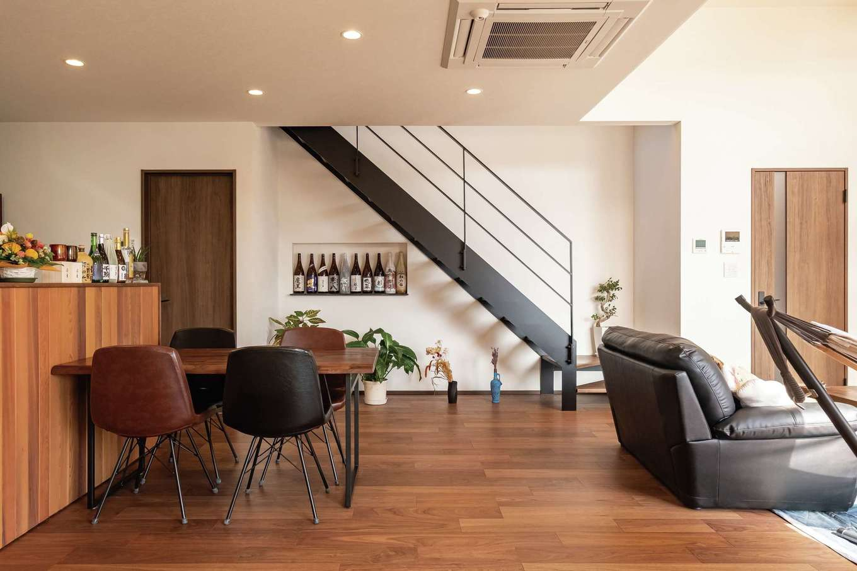 藤井建築事務所 -delphi-【デザイン住宅、間取り、建築家】鉄骨階段の下に地酒を飾るニッチを造作
