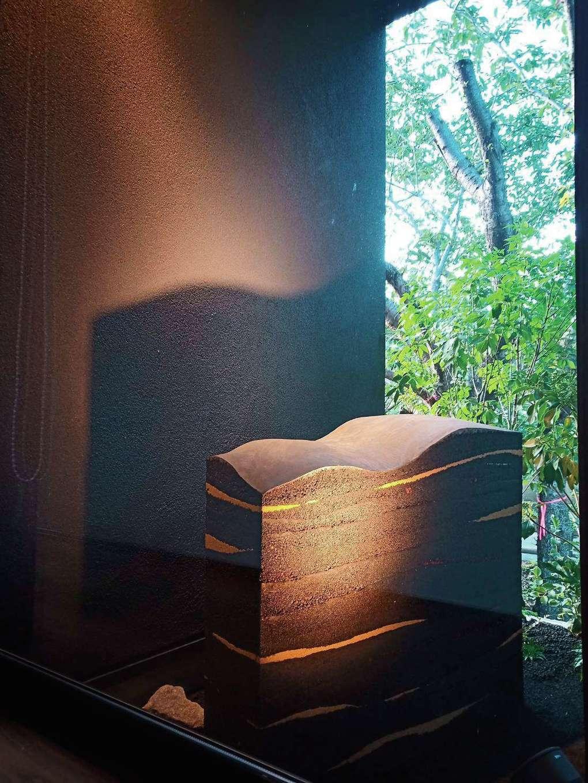 藤井建築事務所 -delphi-【デザイン住宅、間取り、建築家】玄関を入ると、版築という技法でつくられたオブジェが