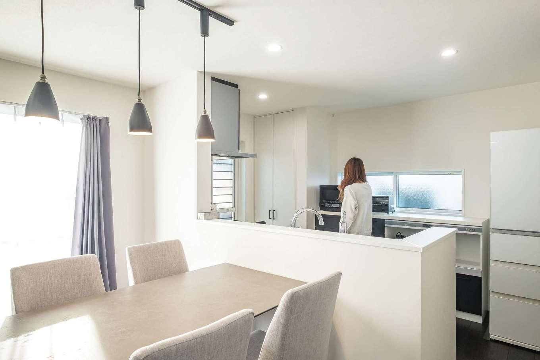 アフターホーム【1000万円台、デザイン住宅、間取り】カウンター上を広く開けた対面キッチンから、ダイニング・リビングを見渡せる