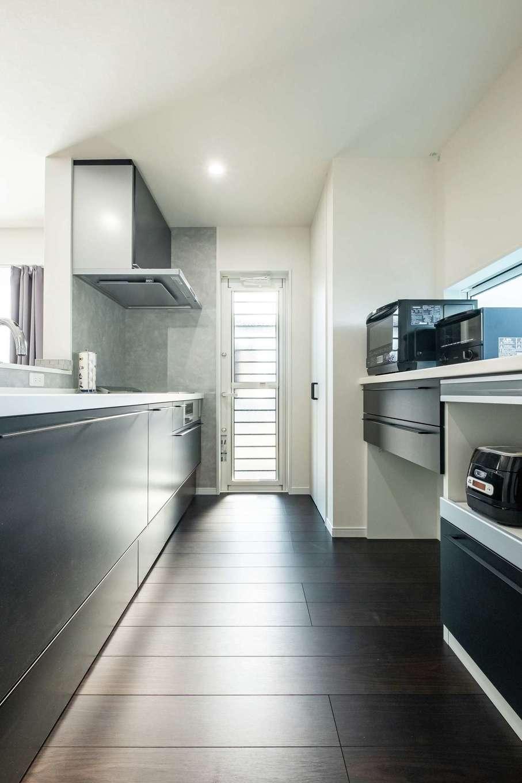 アフターホーム【1000万円台、デザイン住宅、間取り】モノトーン基調のおしゃれなキッチン。奥には食品庫として使える大型の収納も
