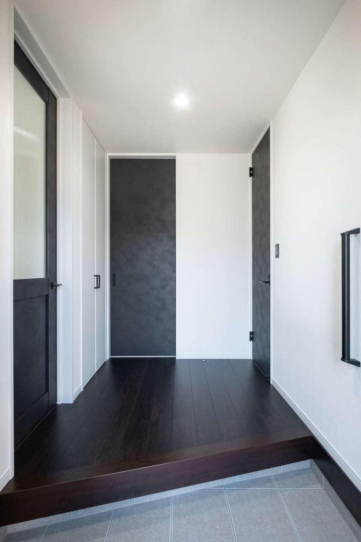 アフターホーム【1000万円台、デザイン住宅、間取り】ハイドアが天井を高く見せ、すっきりした印象の玄関ホール。正面のドアから洗面室に行ける