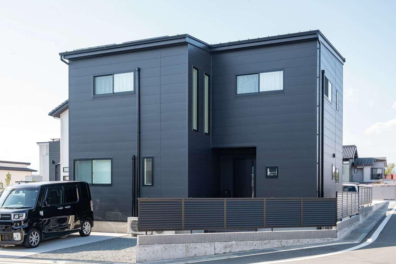アフターホーム【1000万円台、デザイン住宅、間取り】バルコニーがない箱型の外観。雨どいや塀も黒で統一