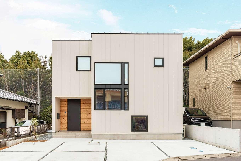 R+house三島(鈴木工務店)【デザイン住宅、自然素材、建築家】玄関回りの天然木と、それぞれに機能性を持たせた大小の窓デザインが印象的な外観