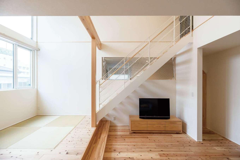 R+house三島(鈴木工務店)【デザイン住宅、自然素材、建築家】白い鉄骨階段が新鮮。小上がりを利用した省スペース設計でコンパクトで暮らしやすい空間に