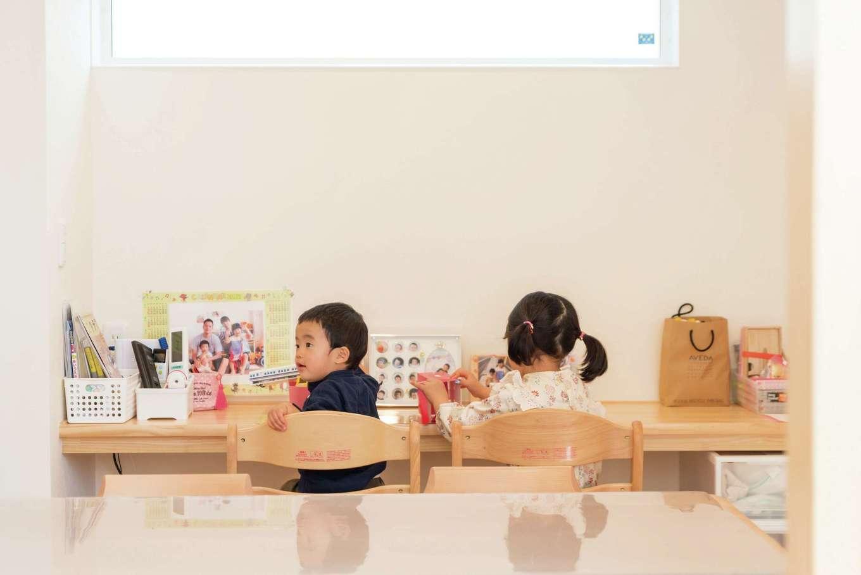 R+house三島(鈴木工務店)【デザイン住宅、自然素材、建築家】ダイニングの造作カウンターは子どもたちのスタディコーナー