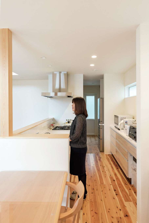 R+house三島(鈴木工務店)【デザイン住宅、自然素材、建築家】家事の効率を上げるため、キッチンから水回りまでを一直線に配置した
