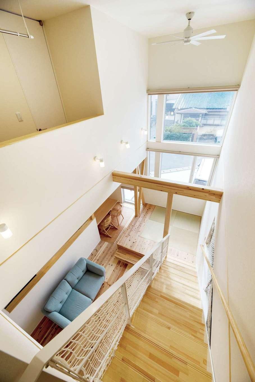 R+house三島(鈴木工務店)【デザイン住宅、自然素材、建築家】階段を利用した吹き抜けは、大きな窓との相乗効果で開放感たっぷり