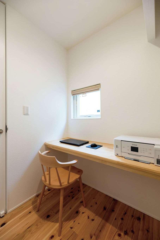 R+house三島(鈴木工務店)【デザイン住宅、自然素材、建築家】コンパクトな書斎はパソコンワークにもぴったり